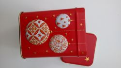 Tee Dose rot Weihnachtskugeln eckig mit Stülpdeckel ca. 100 gr.