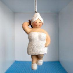 Badedame im weißen Badetuch und Bürste
